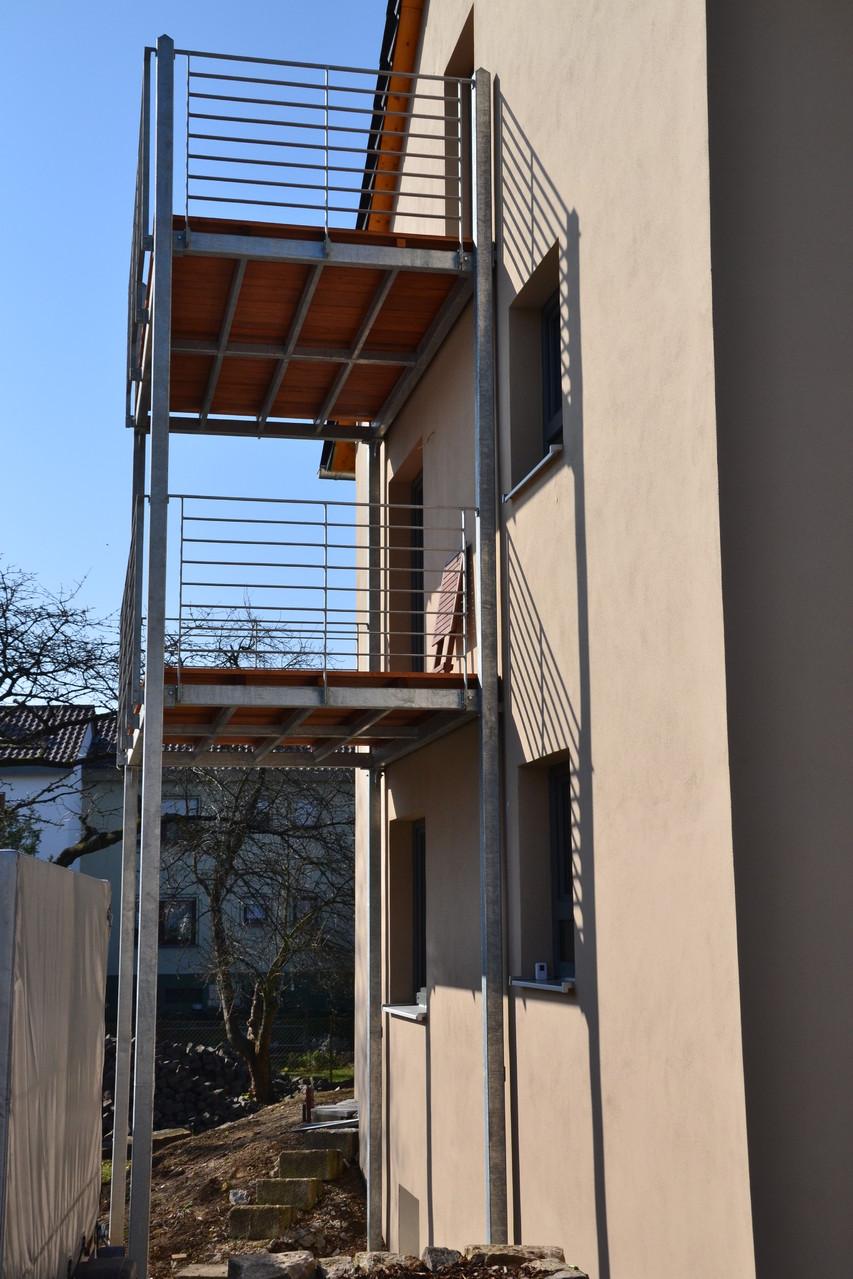 Konstruktion feuerverzinkt - Geländer aus Flachstahl - Balkonbelag aus Douglasieholz