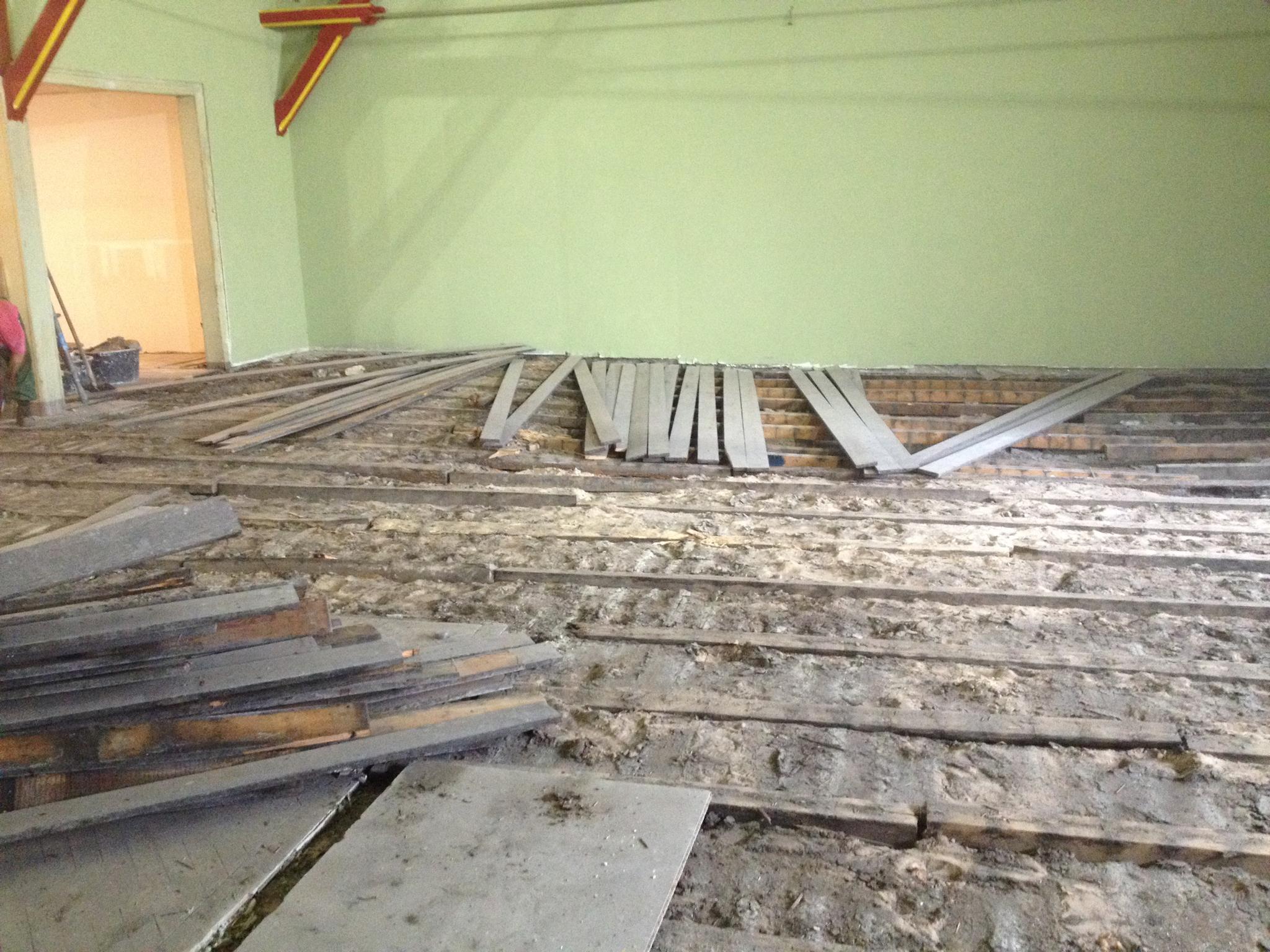 Der Bodenbelag wurde entfernt, um der Ursache der Schwingung nachzugehen (Oktober 2015).