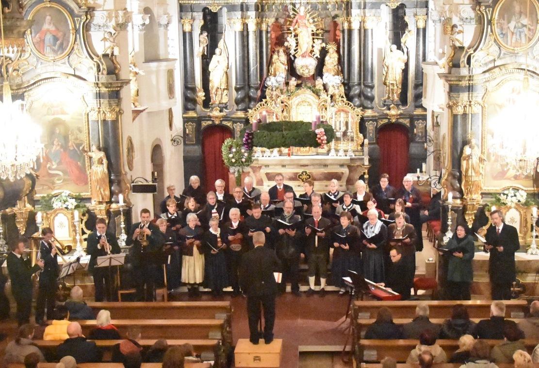 Der Tiroler Trachtlerchor mit allen Mitwirkenden.