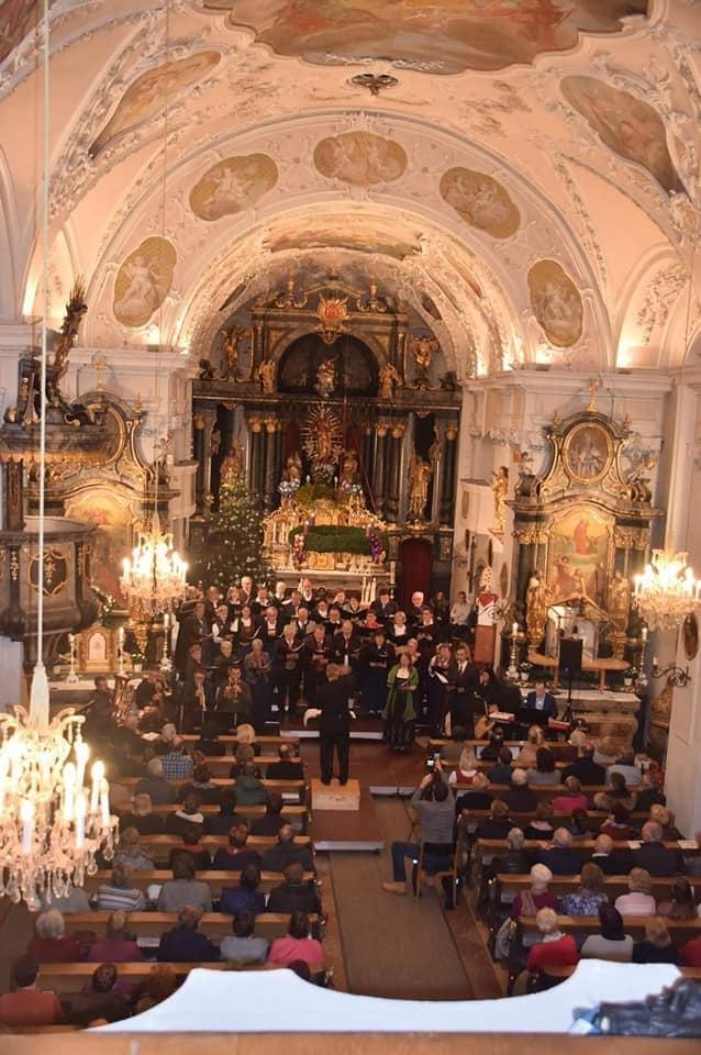 Die voll besetzte Pfarrkirche