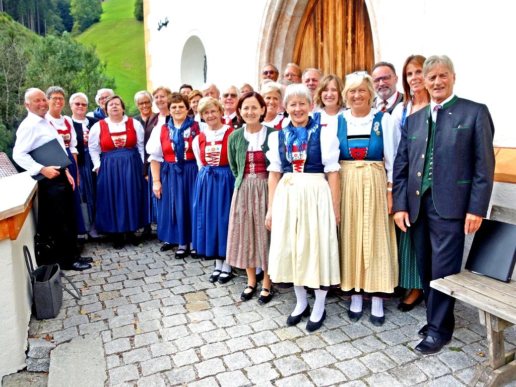 Vor der Kapelle am Pankratzberg.