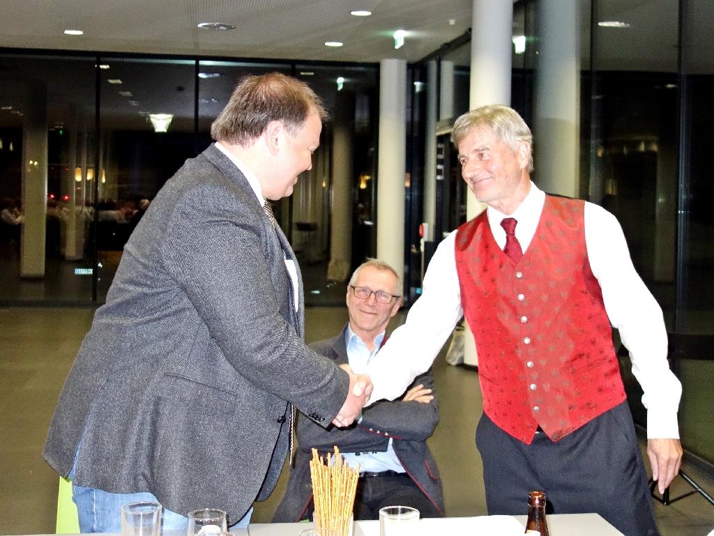 Der Bürgermeister und der Obmann des Landestrachtenverbandes Oswald Gredler gratulieren zur Vereinsgründung.