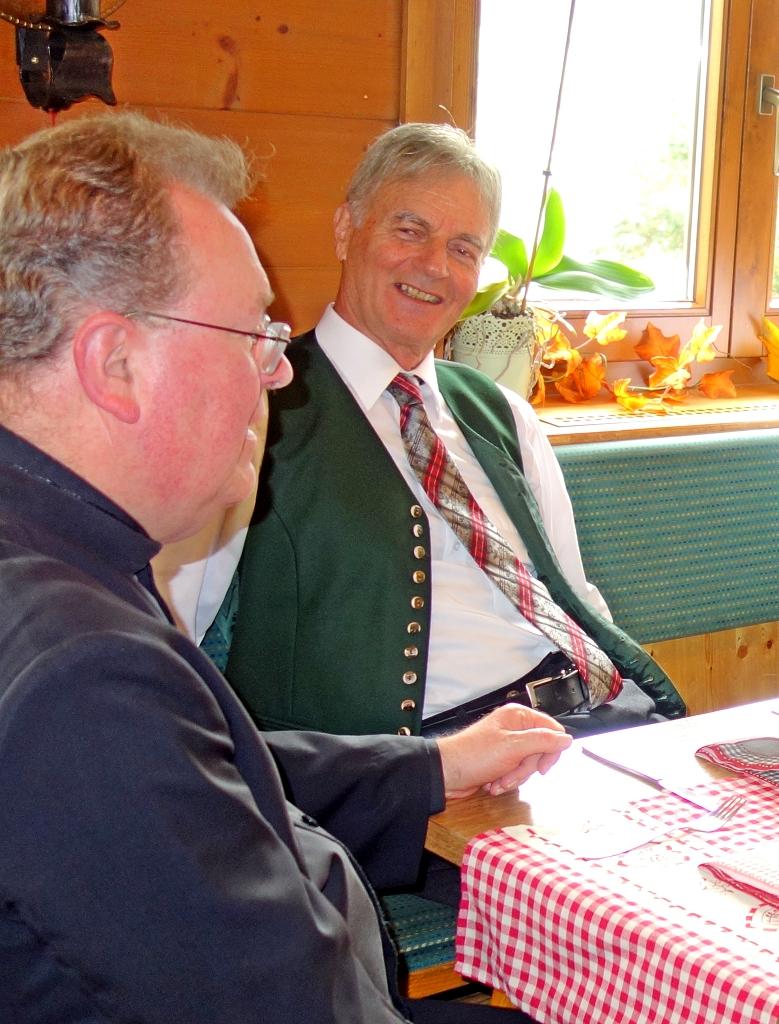 Ein fröhlicher Gedankenaustausch zwischen Pfarrer Erwin Gerst und Chorleiter Heinz!