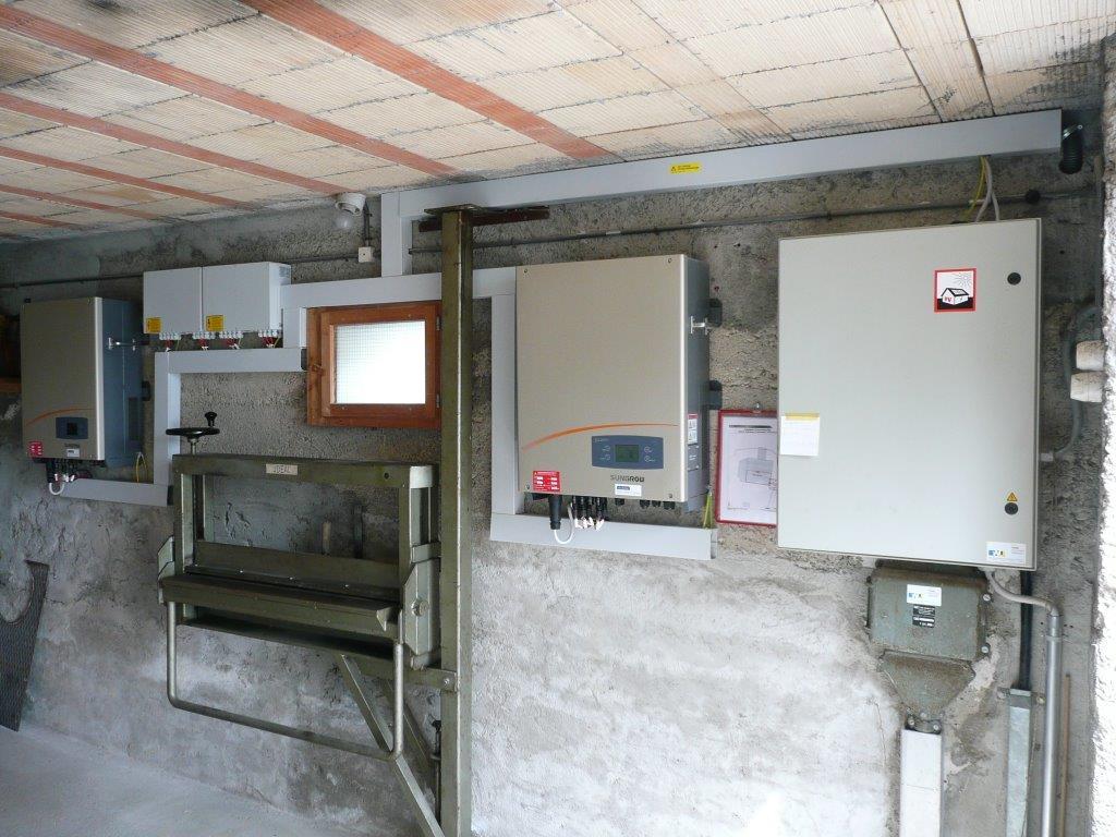 Wechselrichter und GAK (Generator-Anschlusskasten, links von Fenster)