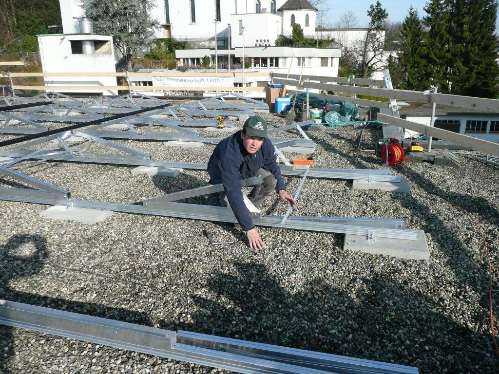 Adrian befestigt die Aussteifungskreuze (vgl. links im Foto)