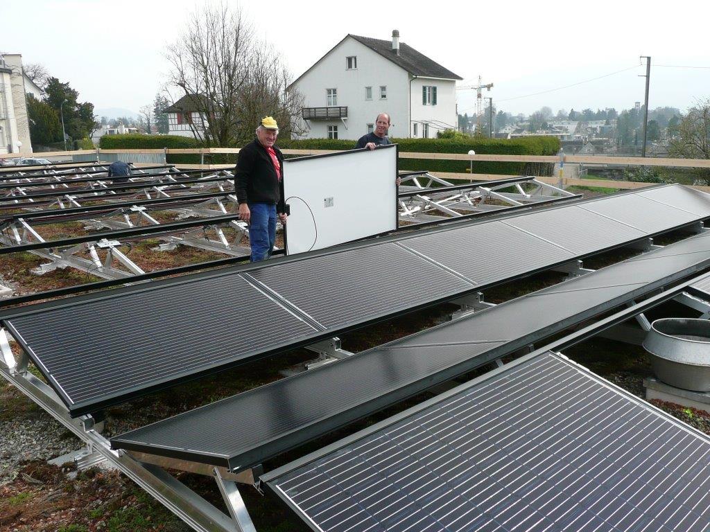 Lorenz und Urban beim Einlegen der Solarpanels