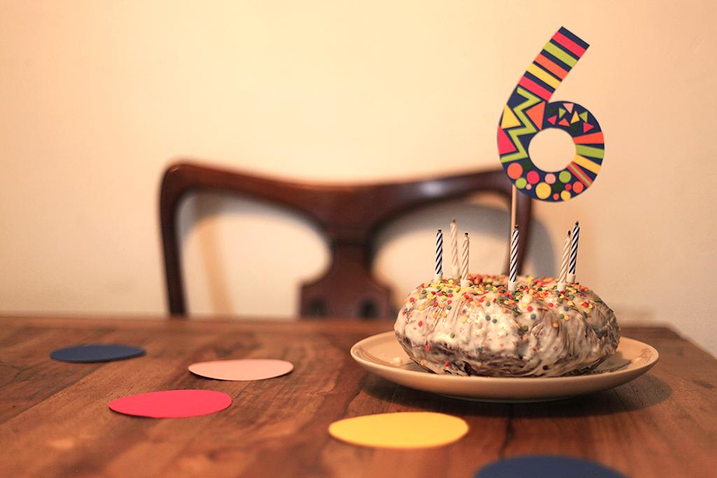 Geburtstag, Kindergeburtstag, Thema Konfetti, Winkel und Ballons, Geburtstagstisch, Deko, Maxikonfetti, Kuchen