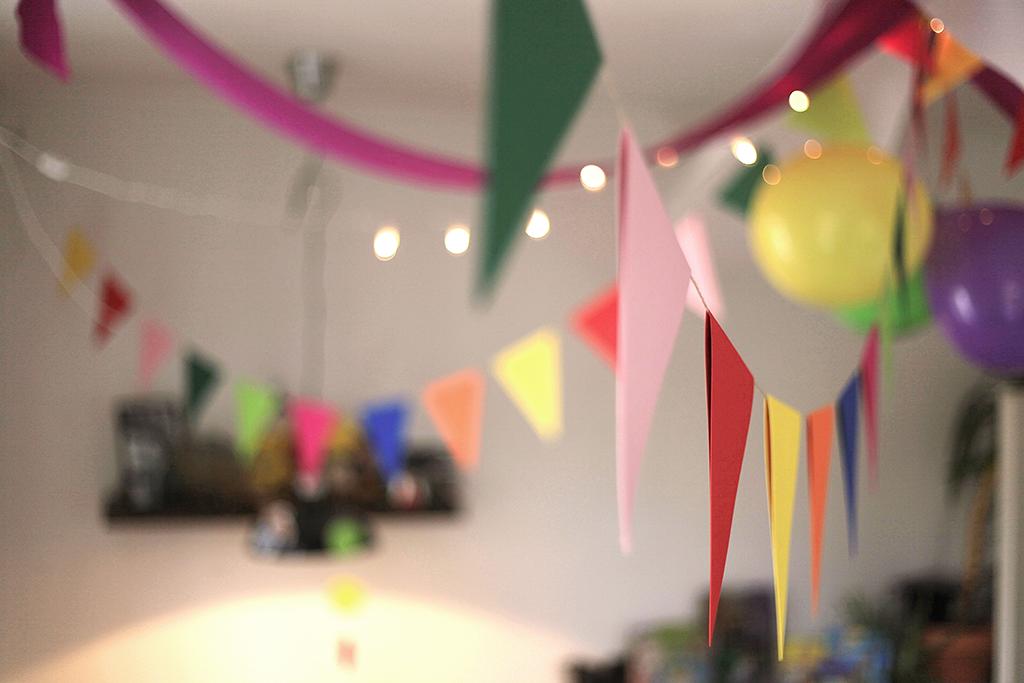 Geburtstag, Kindergeburtstag, Thema Konfetti, Winkel und Ballons, Demo, Wimpelkette