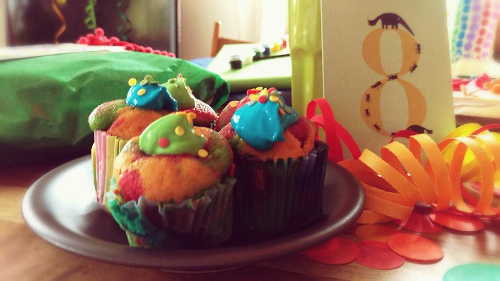 Geburtstag, Kindergeburtstag, Thema Farben, kunterbunt, Geburtstagstisch, Deko, Geschenke, bunte Muffins, Lebensmittelfarbe