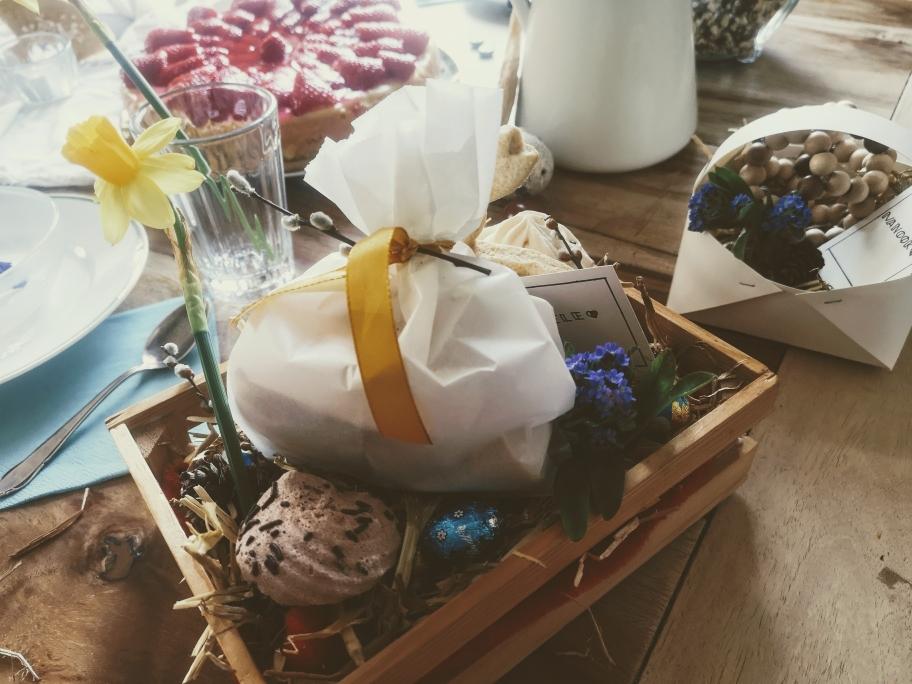 Osterfest feiern, Ostern, Ostertisch, Osterbrunch, Deko, Osternest, Erdbeerkuchen, Törtchen, Frühstück, gedeckter Tisch, Oster-Deko, Inspiraiton, Lifestyle, Boho, Hippie