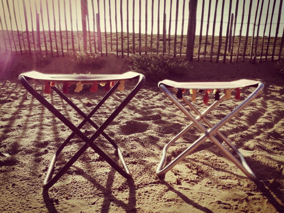 D.I.Y. Strand-Klappstühle mit Quasten, Campingstühle im Boho-Look in der Düne hinter dem Meer bei Sonnenuntergang