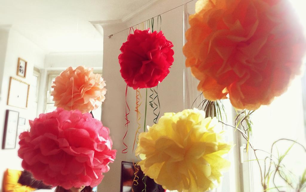 Geburtstag, Kindergeburtstag, Thema Farben, kunterbunt, Geburtstagstisch, Deko bunte Pom Pom