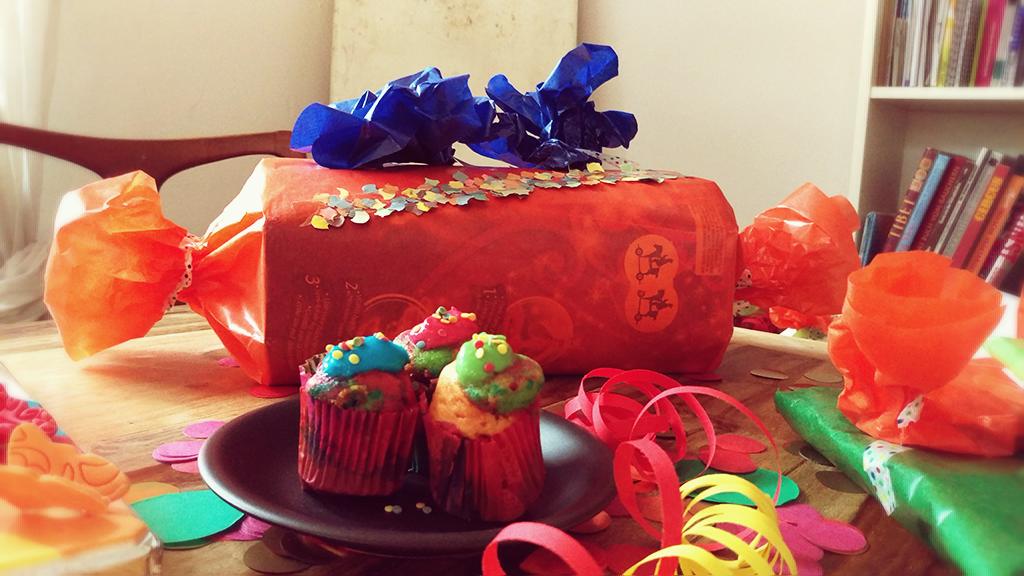 Geburtstag, Kindergeburtstag, Thema Farben, kunterbunt, Geburtstagstisch, Deko, Geschenke, bunte Muffins, Lebensmittelfarbe, Geschenke, Geschenkverpackung