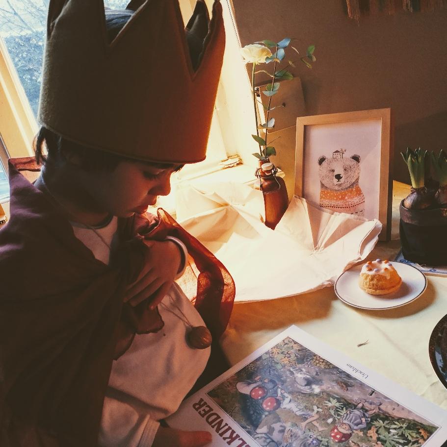 Geburtstag, Geburtstagstisch, Geburtstags-Rituale, Kuchen, Kerzenkrank, Geburtstagsmorgen, Krone, Umhang, Zaubernuss, Blumen, Karte, Geschenke, Girlande, Luftballon, Zahlenballon, happy day, Rituale zum Geburtstag