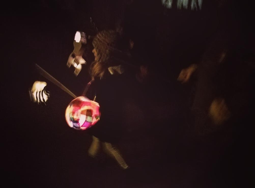Kinder beim Laternenlauf mit ihren Laternen, Laternenlauf/Laternenumzug durch die Stadt
