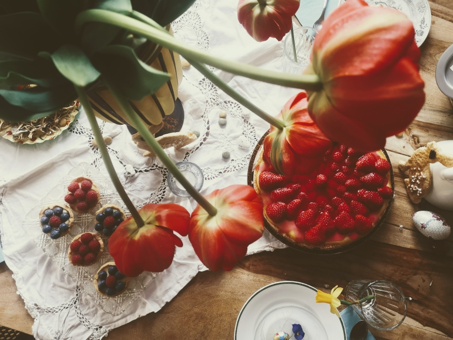 Osterfest feiern, Ostern, Ostertisch, Osterbrunch, Deko, Erdbeerkuchen, Törtchen, Frühstück, gedeckter Tisch, Oster-Deko, Inspiraiton, Lifestyle, Boho, Hippie