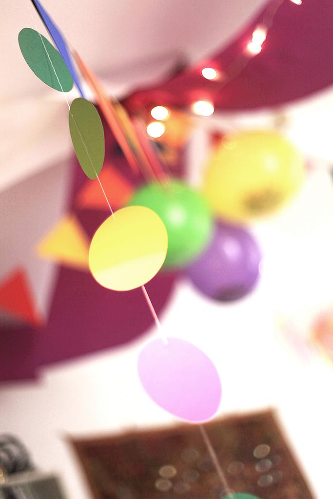 Geburtstag, Kindergeburtstag, Thema Konfetti, Winkel und Ballons, Geburtstagstisch, Deko, Konfetti-Kette