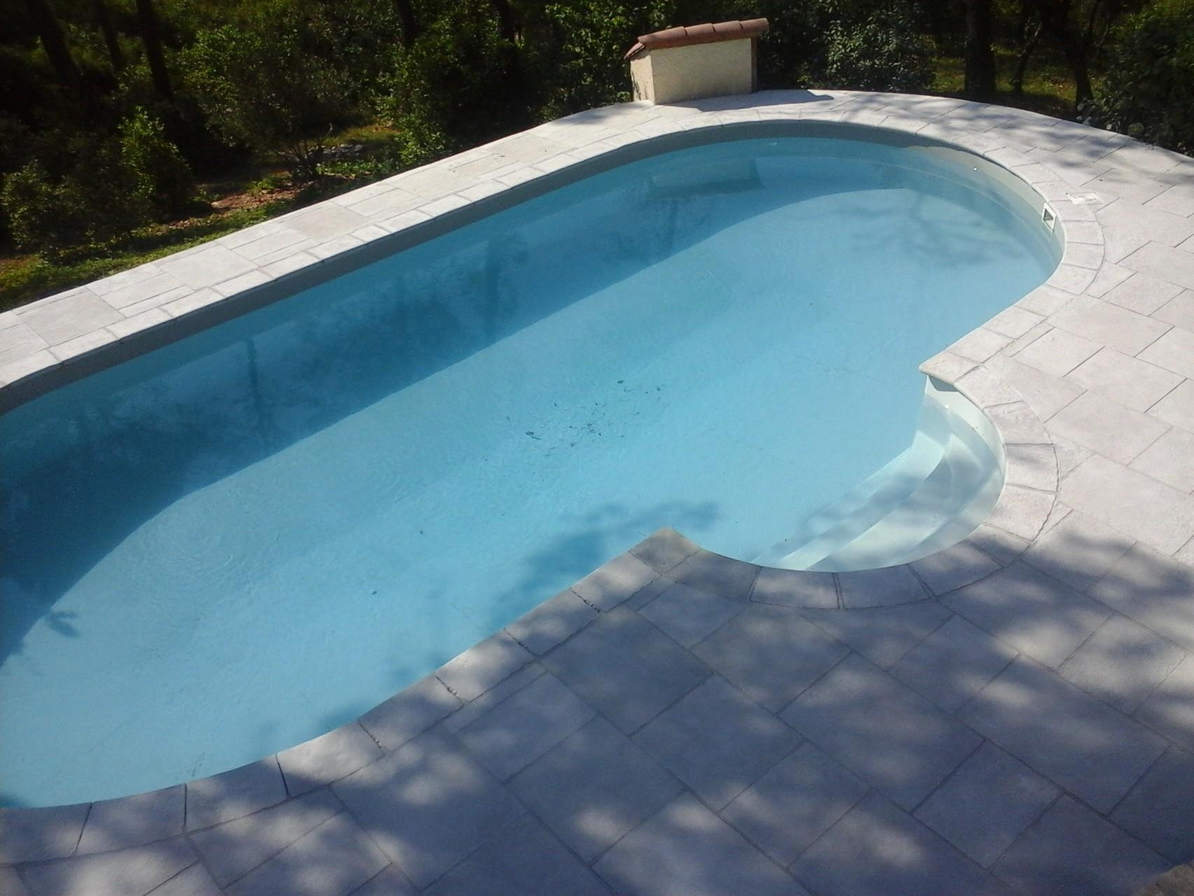 plages piscine en pierre reconstituée