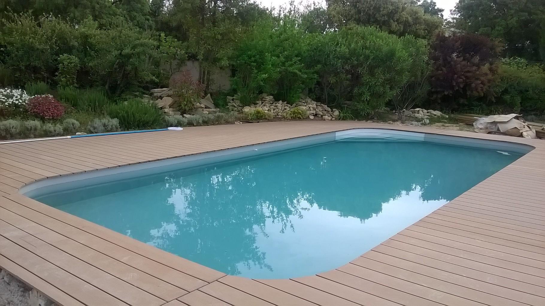 terrasse piscine en lame composite
