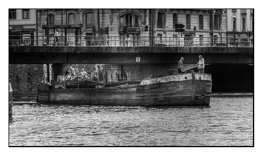 La vielle dame passe pour la dernière fois sous le pont de Bretagne dans son habit d'acier corrodé par le temps. Elle se laisse ensuite glisser vers le quai Saint Cyr en direction d'APIGNE lieu de restauration.