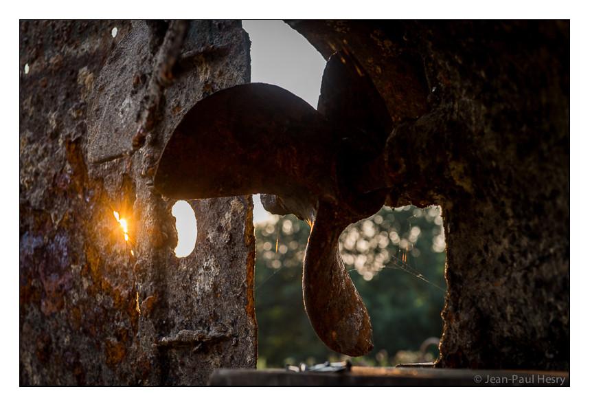 L'hélice en bronze attendant le retour du moteur d'origine d'une puissance de 100 cv qui est en réfection chez Marie Viot l'ex-propriétaire