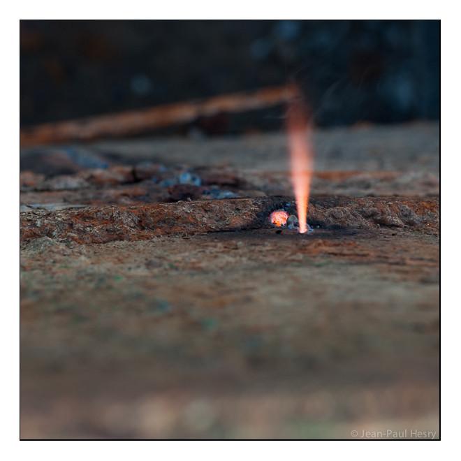 La coque acier ne résiste pas à la fusion la transperçant aux environ de 1480°C