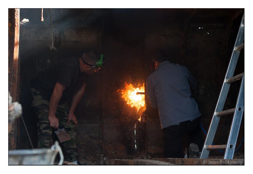 Opération de découpe au chalumeau sous le regard de Philippe Crossouard, sauveur de ce patrimoine