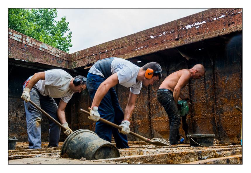 Entre les varangues, il faut commencer par extraire des tonnes de béton qui lestaient la péniche