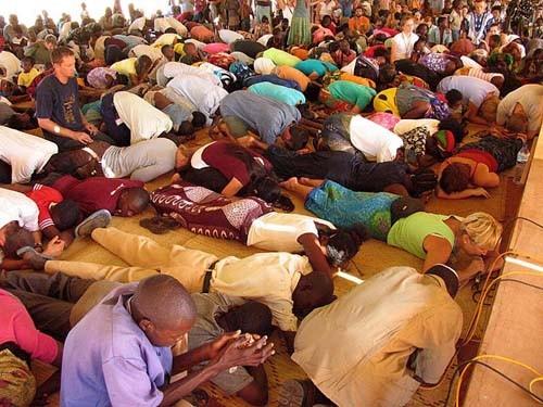 Поклонение в палатке Мозамбик