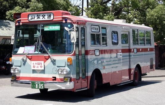 自分が中1~高3まで甲府で過ごした時、市内を走っていたバスはこの色でした。※画像は山梨交通のHPより。レストアされたバスだそうです。