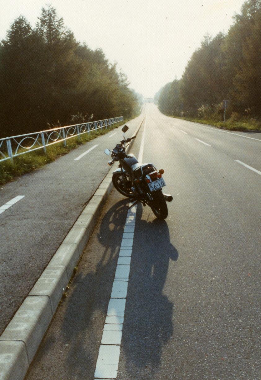 これからSRと長く続く付き合いのように、遠くまで真っすぐ伸びる道は、まだ見ぬ北海道の大地のようでもありました。(撮影地:1981年八ヶ岳横断道路)