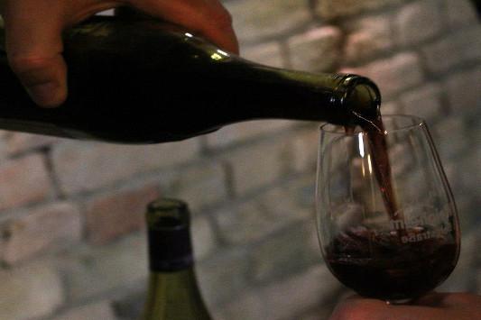 Rotwein eingießen