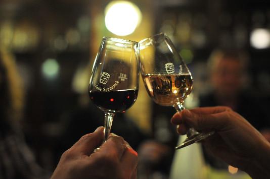 Rotwein und Weißwein stoßen an