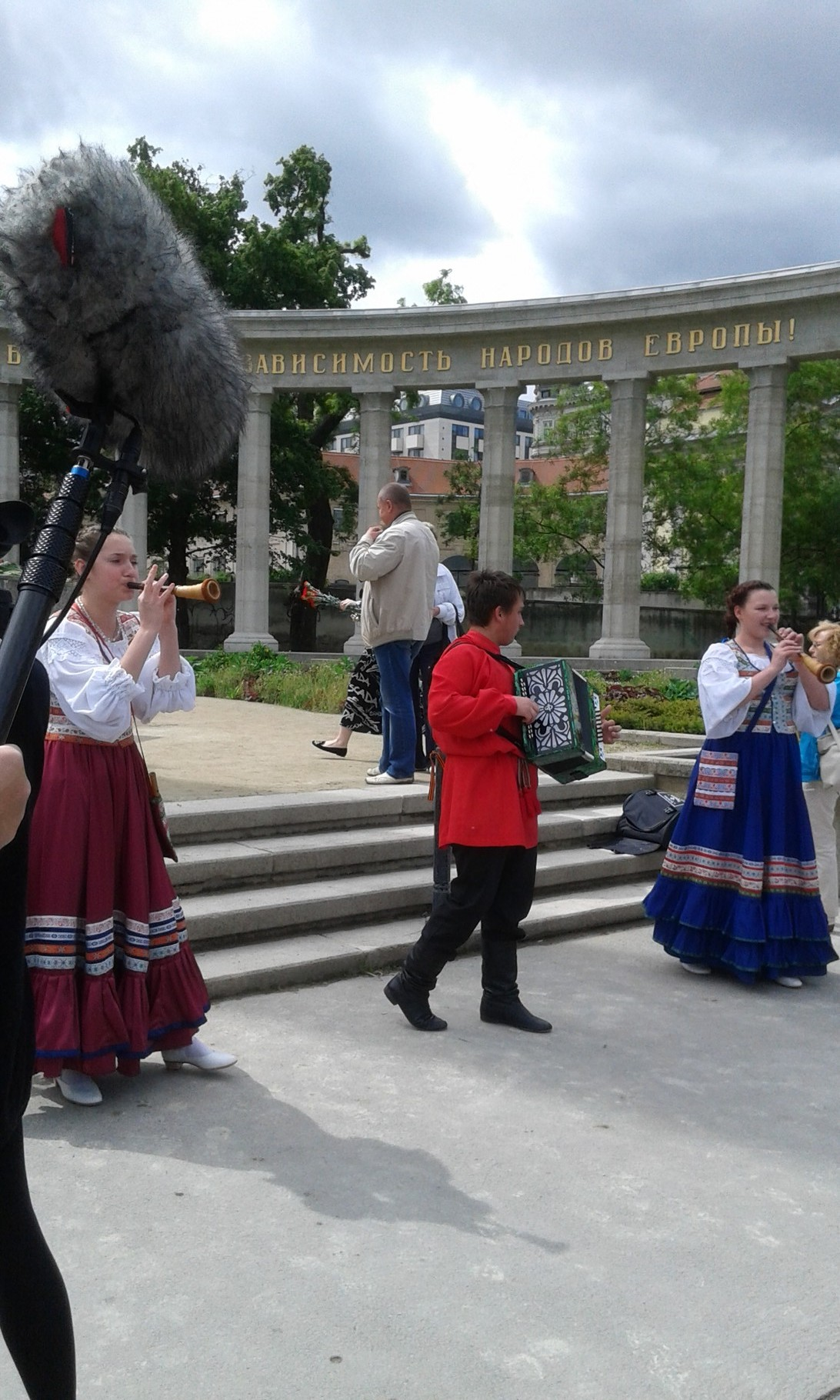 99 мая 2014, возложение венков у памятника советского солдата в Вене