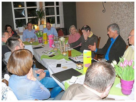 Beim Ortsparteitag zogen die Nottulner Liberalen ein positives Fazit der bisherigen Arbeit. Vorsitzender Markus Wrobel und Ingo Schürkötter stellten die neue Homepage des FDP-Ortsverbandes vor. Foto: Marita Strothe