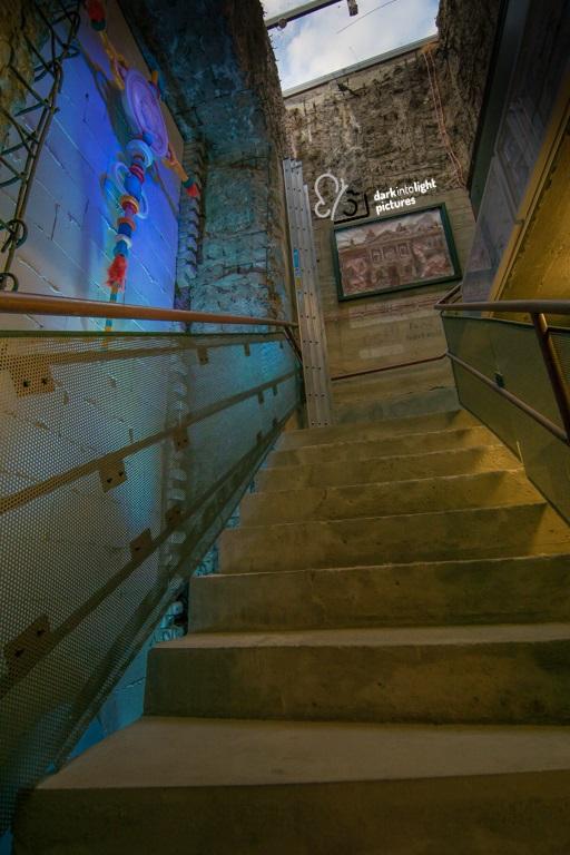 Blick aufwärts in das Treppenhaus des Bunker-D