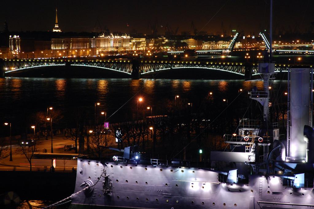 Крейсер Аврора.Тро́ицкий мост (с 1918 по 1934 г. — мост Равенства, с 1934 по 1991 г. — Кировский мост)