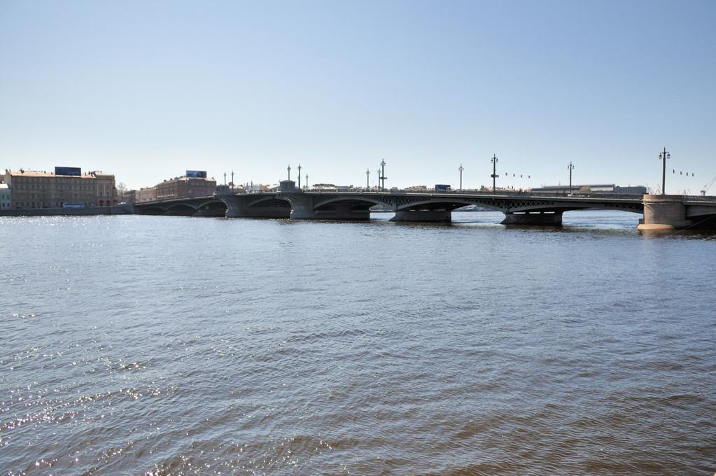 Благове́щенский мост (ранее также Никола́евский мост и мост Лейтена́нта Шми́дта)
