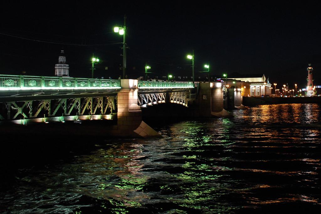Дворцовый мост через Неву.