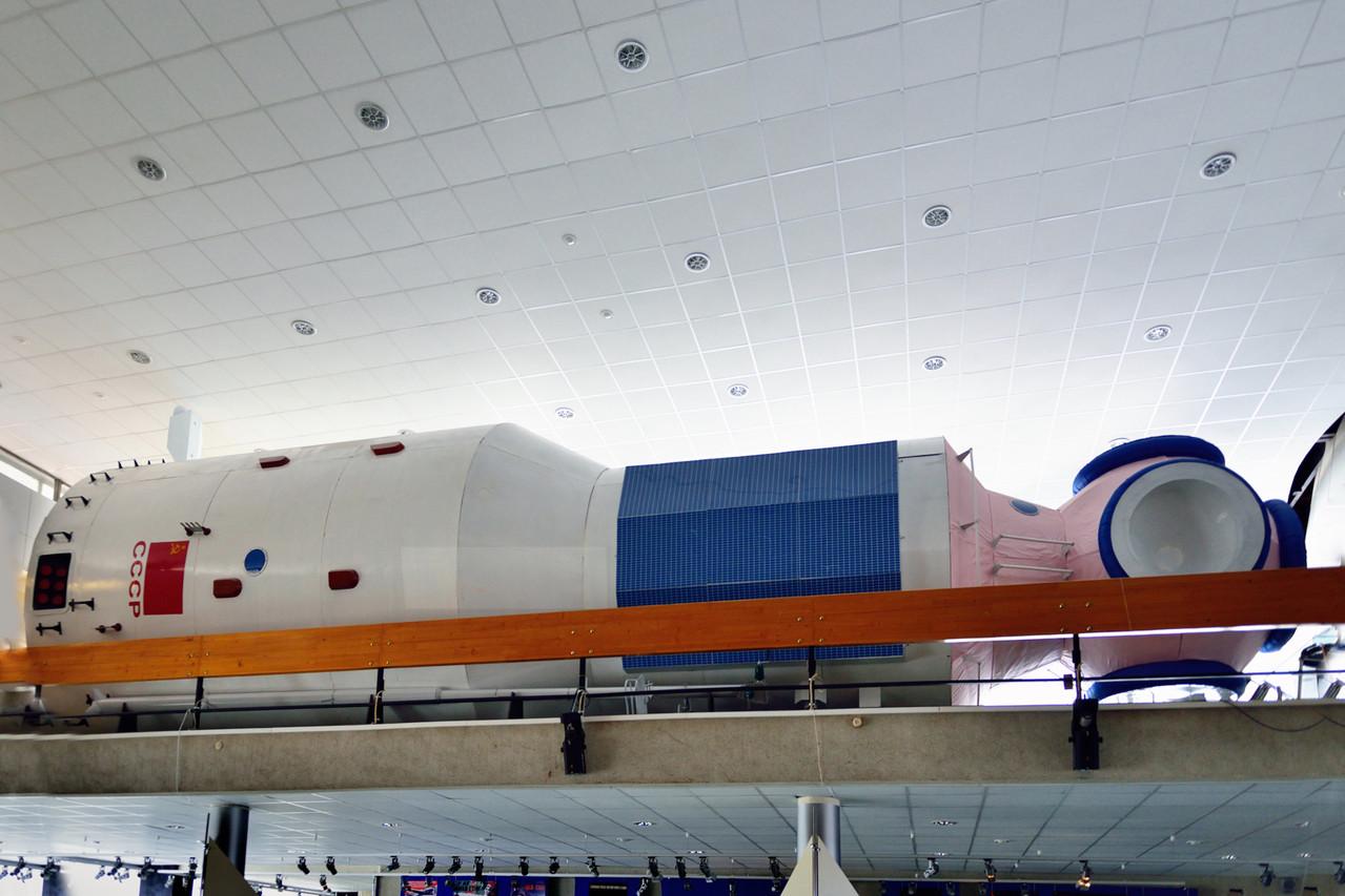Макет базового блока орбитальной станции «Мир».