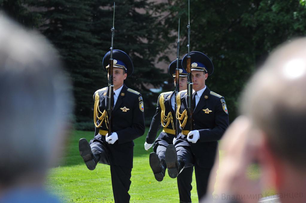 Смена почетного караула у могилы неизвестного солдата.