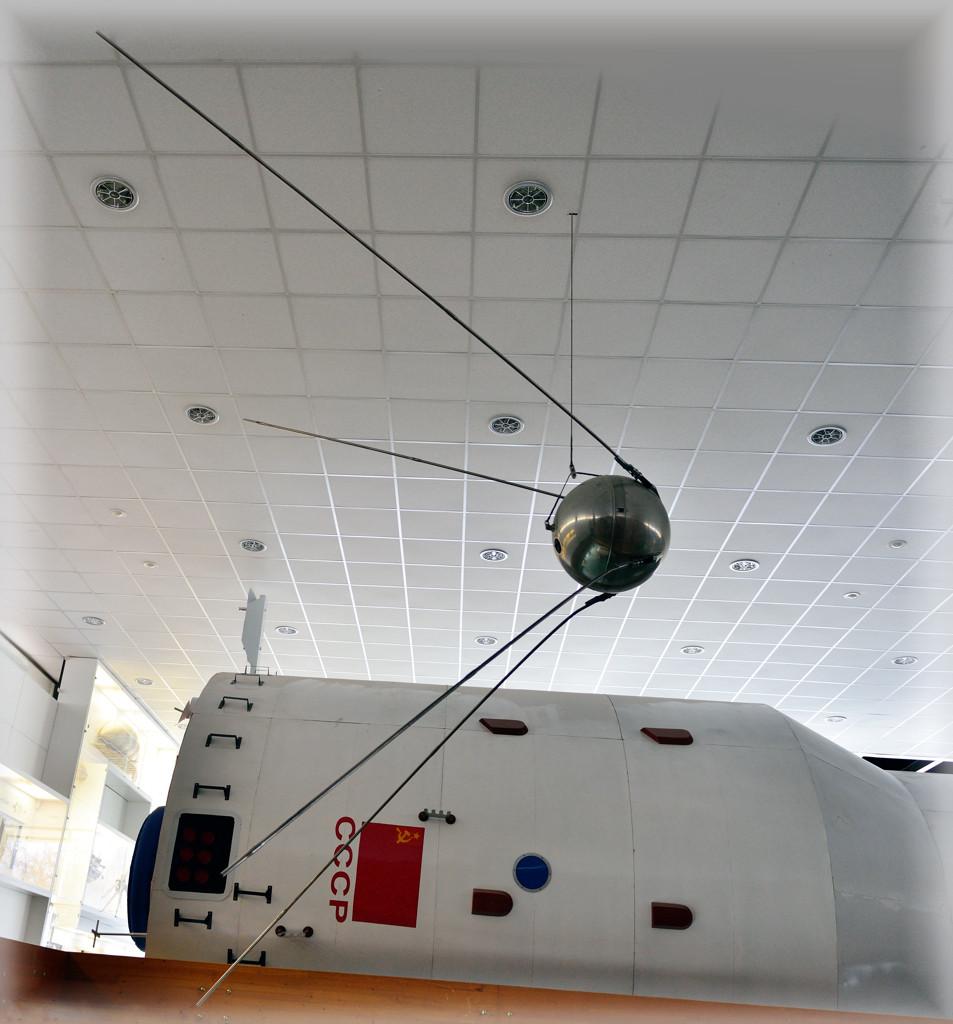 Первый искусственный спутник Земли. Пуск 4 октября 1957г. в 22ч.28мин.34сек. по московскому  времени.