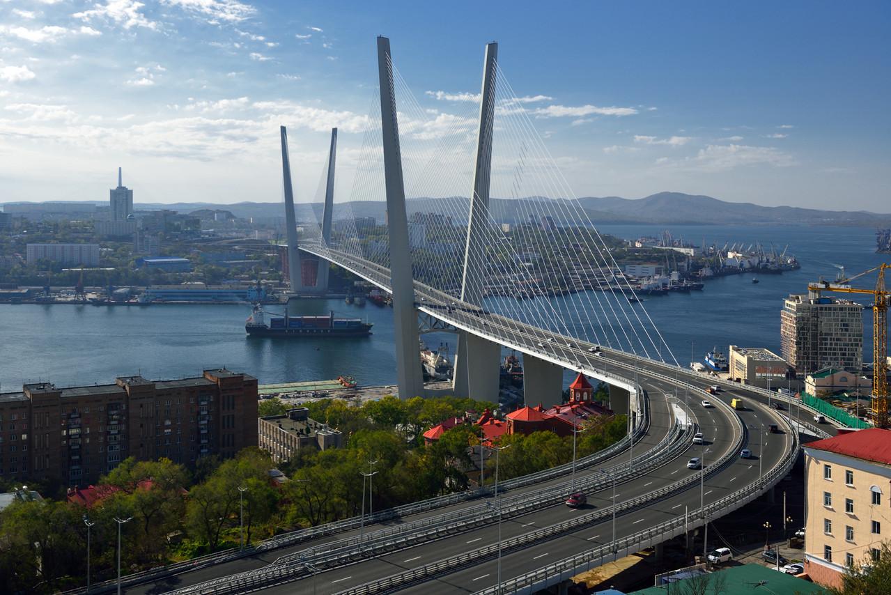 Мост через бухту Золотой рог.