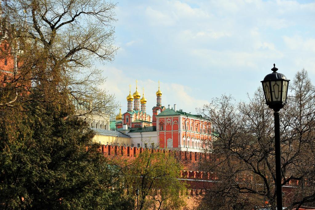 Вид на кремль с Манежной площади.