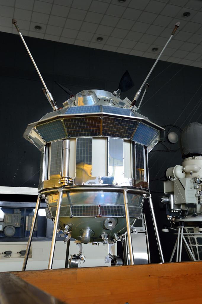 """Советская автоматическая межпланетная станция """"Луна-3"""". Первое в мире фотографирование обратной стороны Луны."""