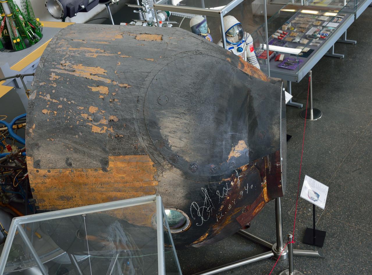 Спускаемый аппарат корабля «Союз-34». Подлинник. В нём возвращались на Землю космонавты Владимир Ляхов и Валерий Рюмин 19 августа 1979 года после экспедиции на орбитальную станцию «Салют-6».