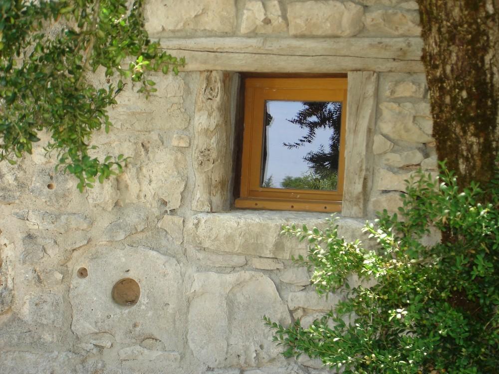 petite fenêtre et pierre trouée - gîte Le Mas de La Gariotte