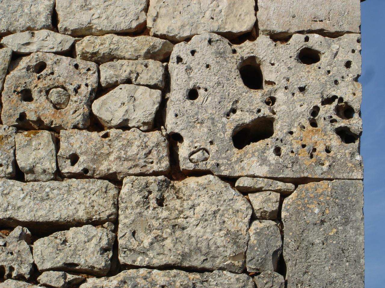 pierres trouées au pignon de la grange