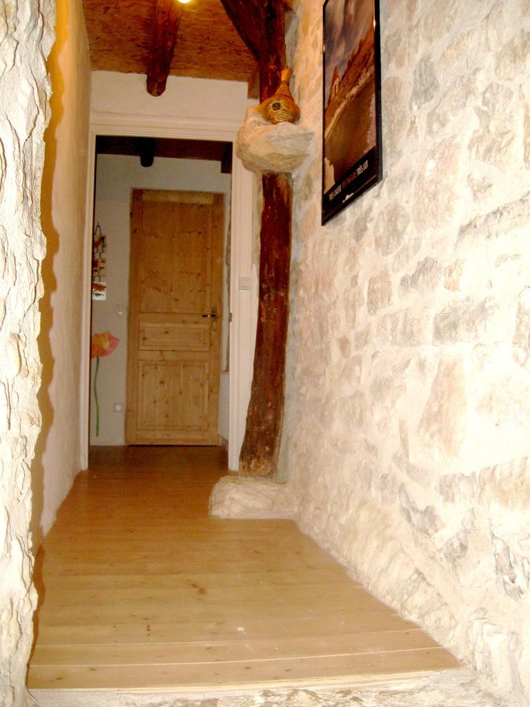 couloir en pierres apparentes