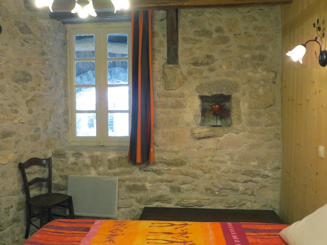 chambre 1 - 2 murs en pierres apparentes